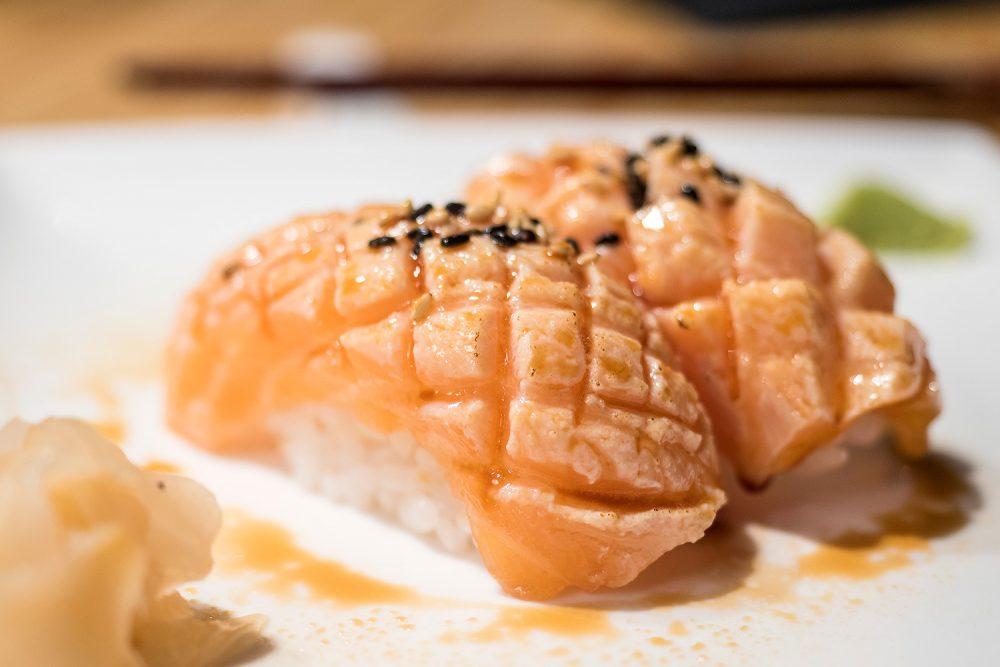sushi-en-bici-madrid-tragaldabas-profesionales-nigiri-salmon
