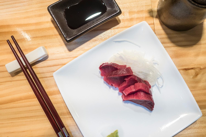 sushi-en-bici-madrid-tragaldabas-profesionales-sashimi-atun